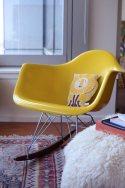 Inspiration-deco-fauteuil-a-bascule-Eames-jaune