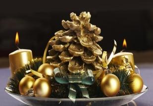 déco-Noël-centre-table-boules-bougies-cône-or