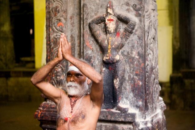 Indian_sadhu_performing_namaste