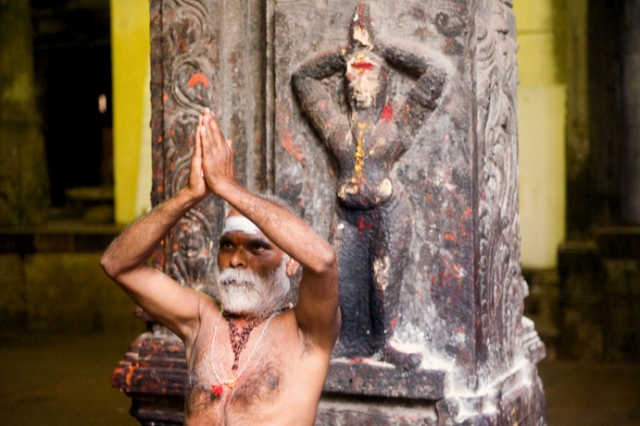 Indian_sadhu_performing_namaste