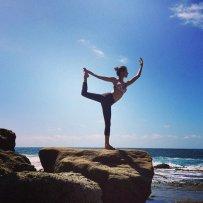alessandra-ambrosio-yoga-pose-700_1